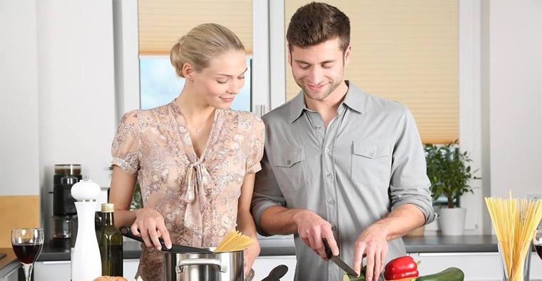 La coppia prepara il pranzo di Natale